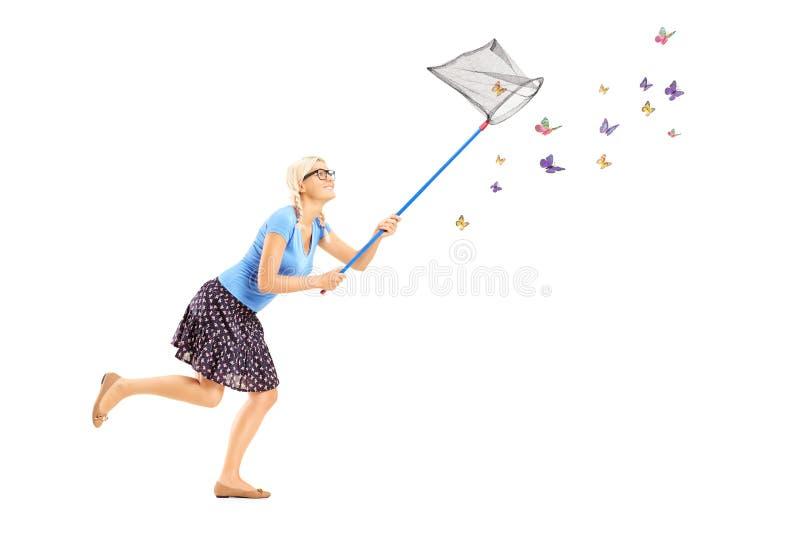Полнометражный портрет хода женщины и заразительных бабочек стоковые изображения rf