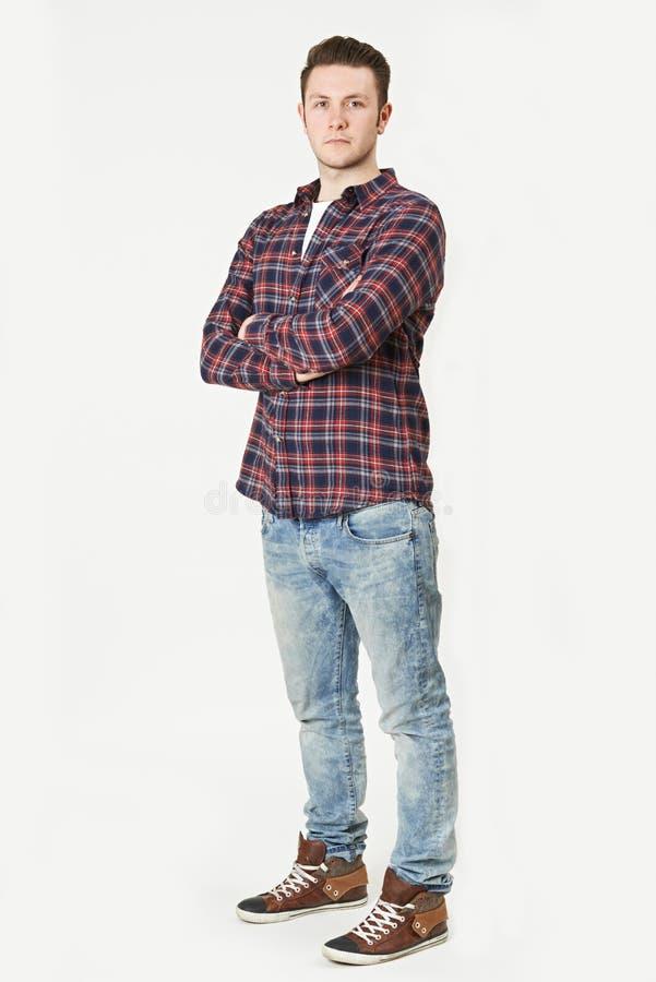 Полнометражный портрет человека стоя в студии на белом Backgrou стоковое изображение