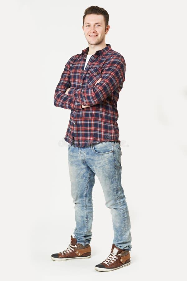 Полнометражный портрет человека стоя в студии на белом Backgrou стоковое фото rf