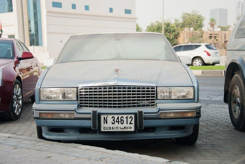 Полноразмерный роскошный седан Кадиллака автомобиля в автостоянке улицы стоковое изображение rf