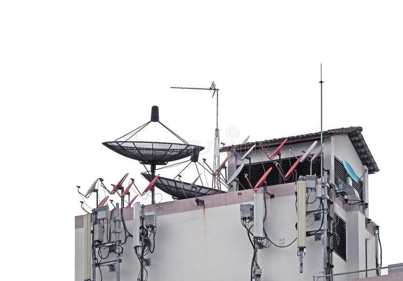Полностью спутниковая антенна-тарелка, антенна ТВ и сеть мобильного телефона антенна стоковая фотография rf