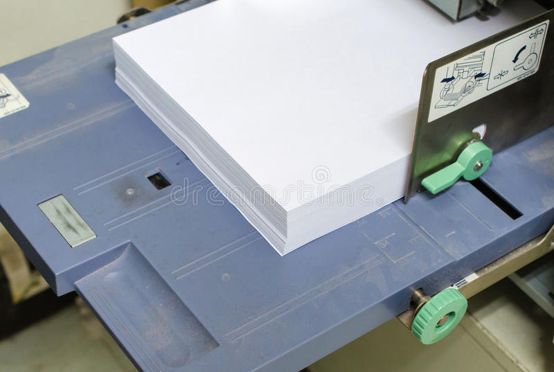 поднос принтера с бумагой в офисе стоковое изображение