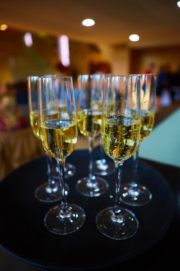 поднос стекел шампанского полный стоковое фото