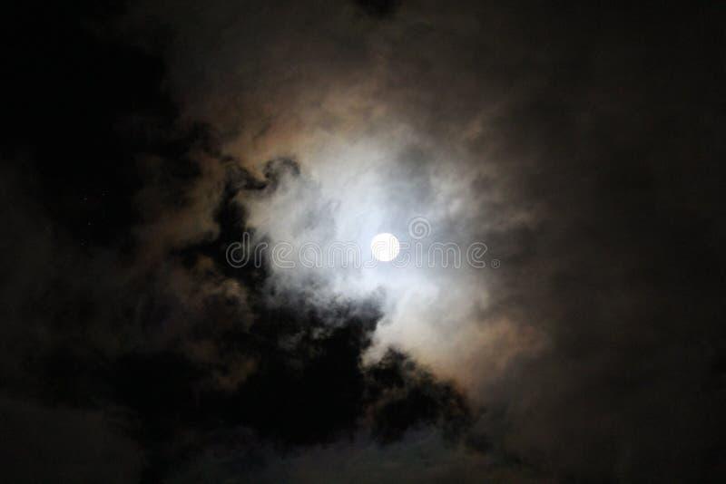 Полнолуние на пасмурной ноче стоковое изображение