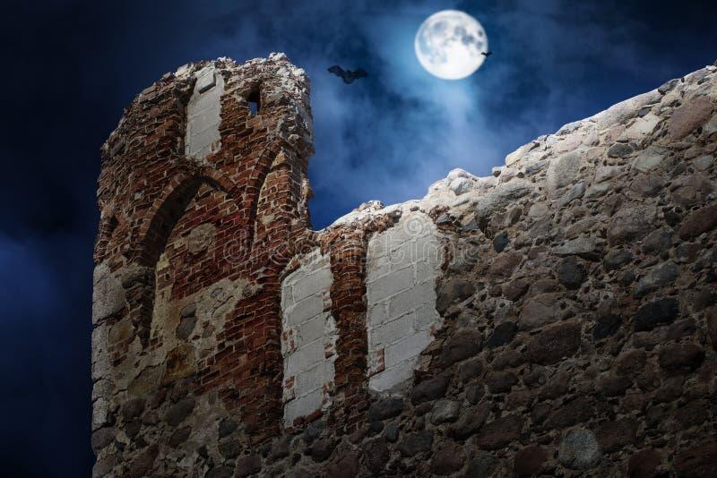 Полнолуние над старым замком стоковая фотография rf