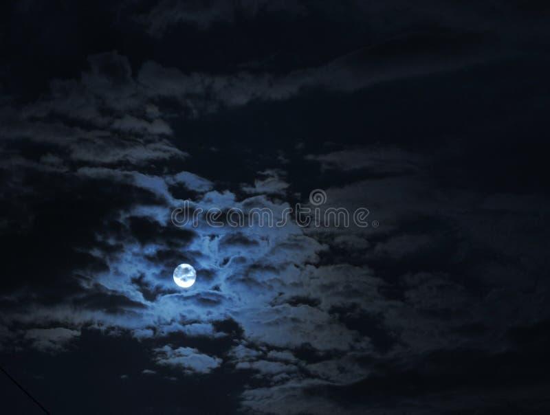 Полнолуние под облаками стоковые фотографии rf