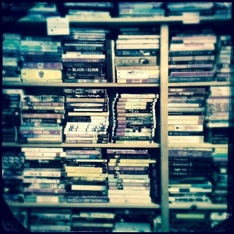 Полные полки книг на bookstore стоковые фотографии rf
