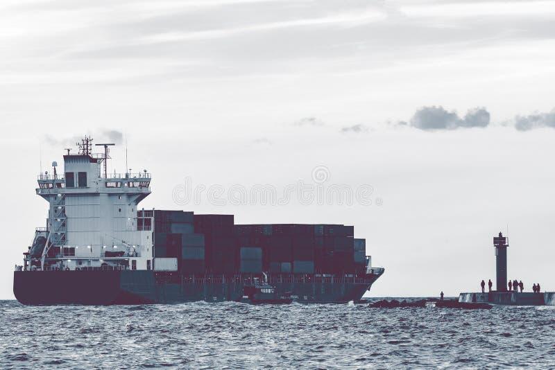 Полный контейнеровоз стоковые изображения rf