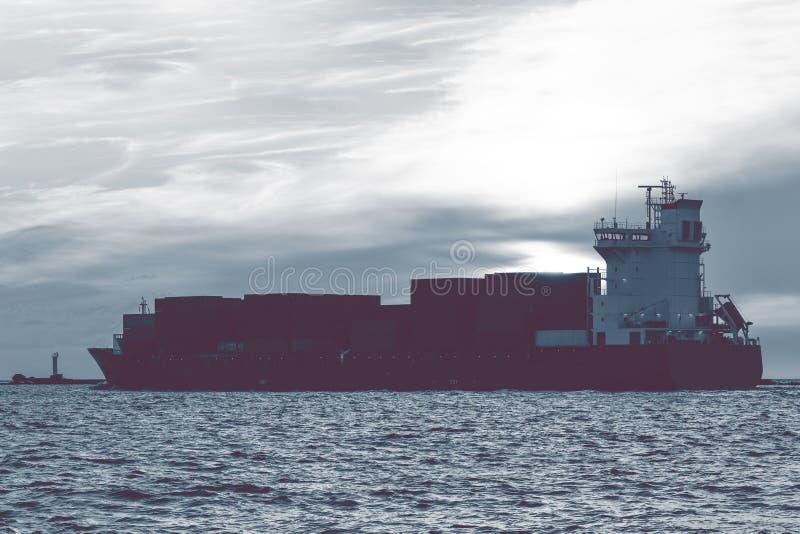 Полный контейнеровоз стоковое фото rf