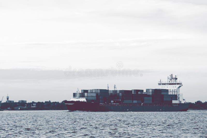 Полный контейнеровоз стоковая фотография rf