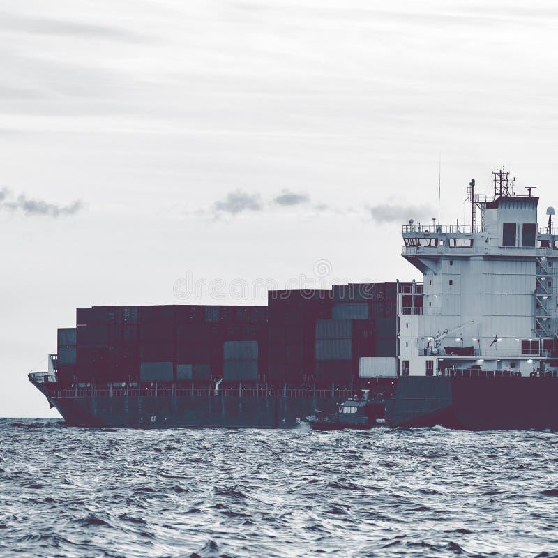 Полный контейнеровоз стоковые изображения