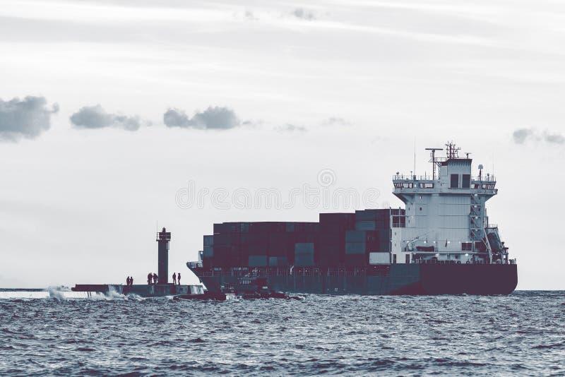 Полный контейнеровоз стоковое фото