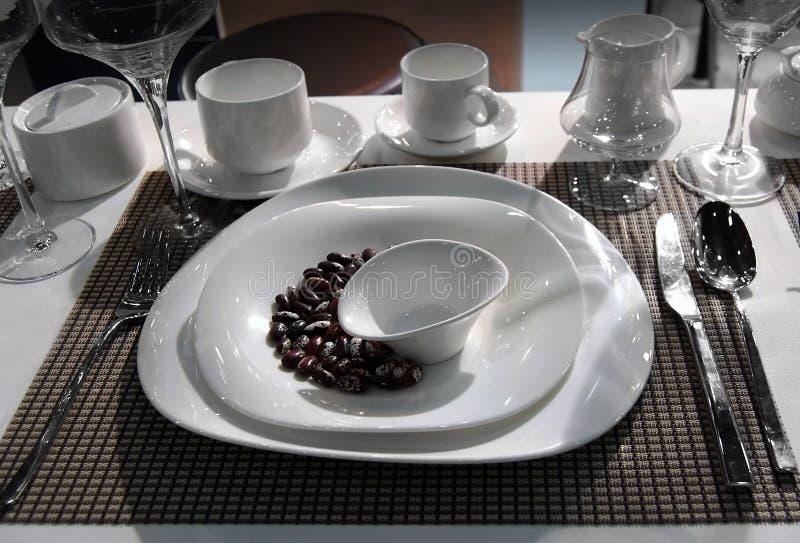 Полный набор белых блюд стоковая фотография rf