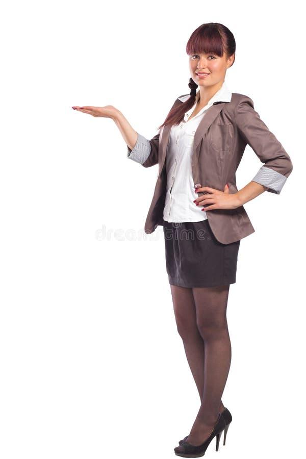 Полный портрет высоты привлекательной молодой женщины показывая что-то стоковая фотография rf