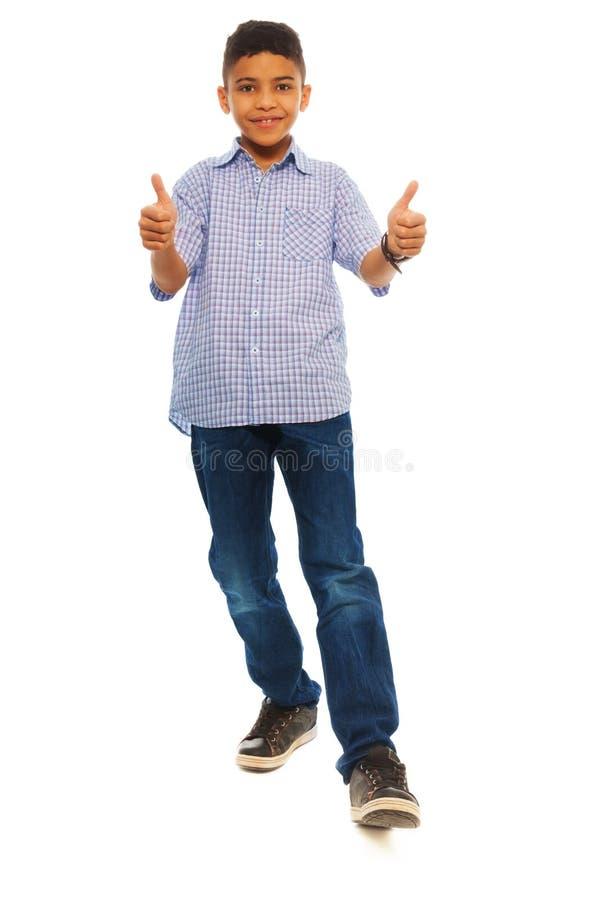 Черные большие пальцы руки мальчика вверх стоковая фотография rf