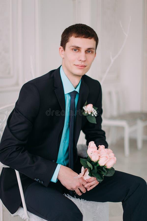 Полный портрет тела молодого стильного бизнесмена в связи и жилет с руками на талии стоковая фотография