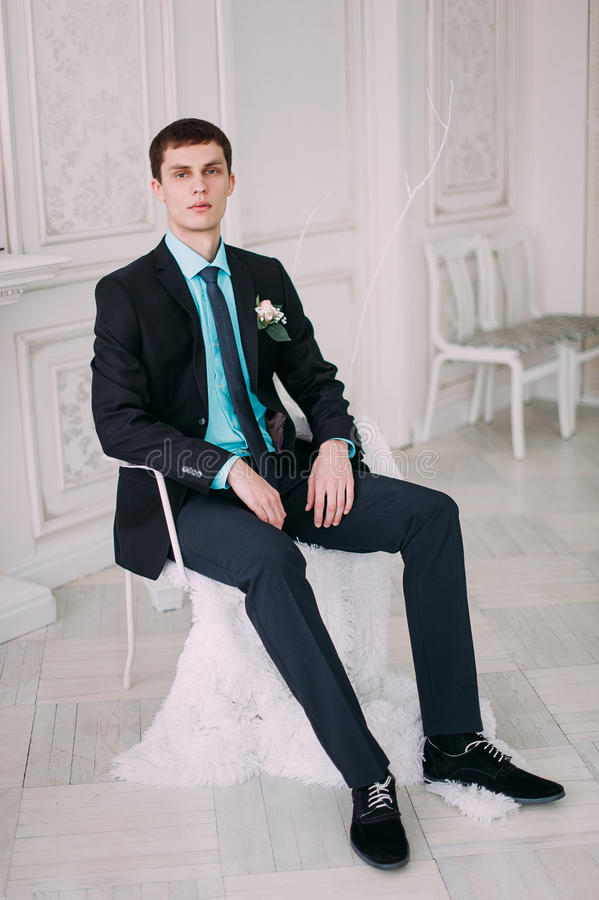 Полный портрет тела молодого стильного бизнесмена в связи и жилет с руками на талии стоковые фотографии rf
