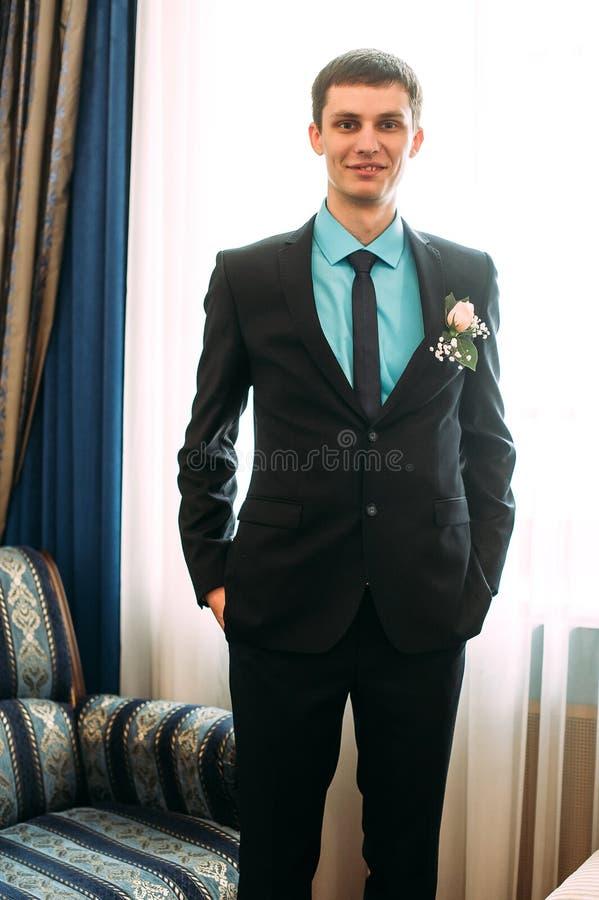 Полный портрет тела молодого стильного бизнесмена в связи и жилет с руками на талии стоковые изображения