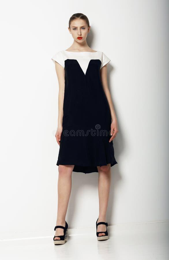 Полный портрет шикарной уточненной женщины в городском черно- белом платье. Мода стоковые фото
