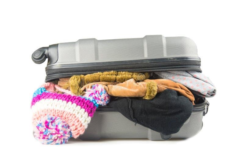 Полный чемодан с одеждами на белизне стоковое изображение rf