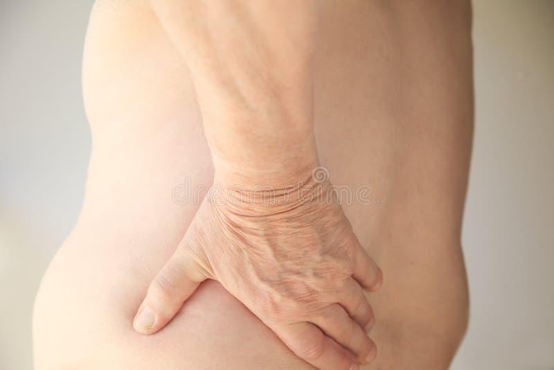 Полный человек страдает от боли в спине стоковое изображение