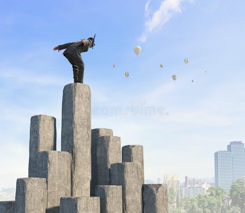 Download Подныривание бизнесмена от верхней части Мультимедиа Стоковое Фото - изображение насчитывающей дело, маска: 81808538