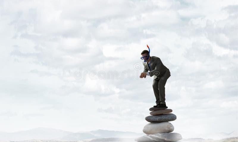 Download Подныривание бизнесмена от верхней части Мультимедиа Стоковое Изображение - изображение насчитывающей естественно, утес: 81808621