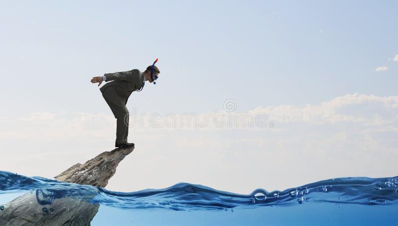 Download Подныривание бизнесмена от верхней части Мультимедиа Стоковое Фото - изображение насчитывающей корпоративно, водолаз: 81808674