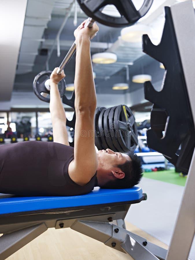 Поднятие тяжестей в спортзале стоковые фото