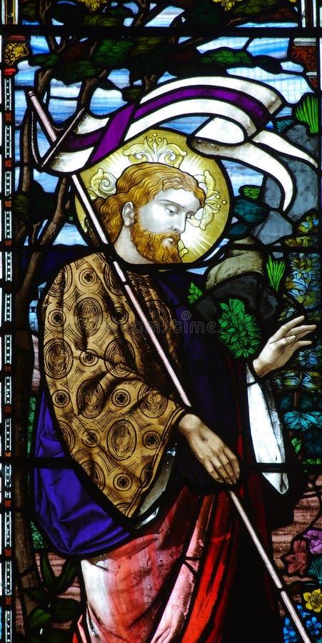 Поднятый Иисус Христос в цветном стекле стоковые фотографии rf