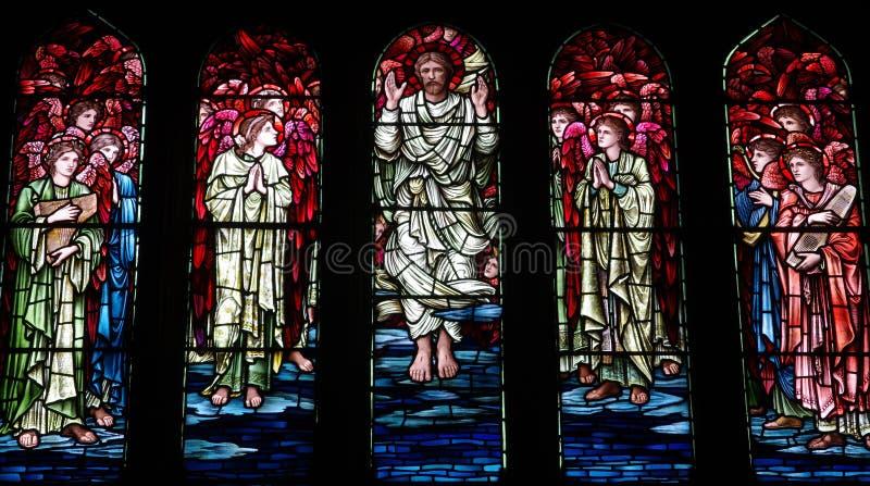 Поднятый Иисус Христос в цветном стекле стоковая фотография