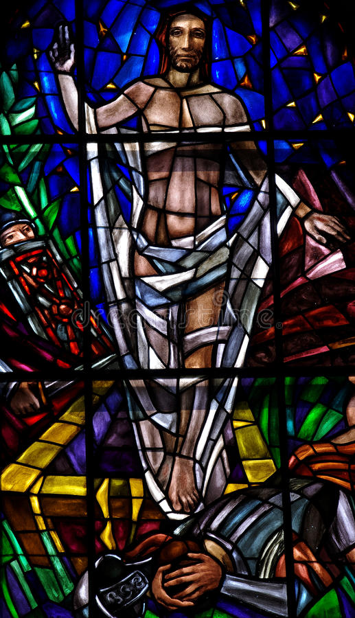 Поднятый Иисус Христос в цветном стекле стоковые изображения