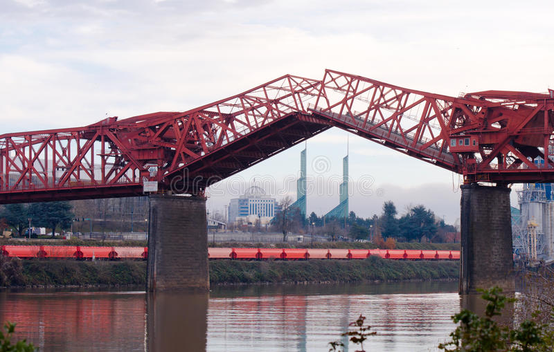 Поднятый мост Бродвей ферменной конструкции разделов в Портленде стоковое фото