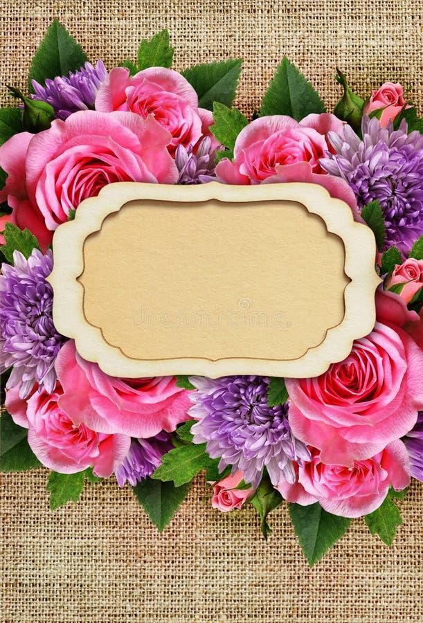 Подняли и цветки хризантемы с карточкой на холсте стоковое фото