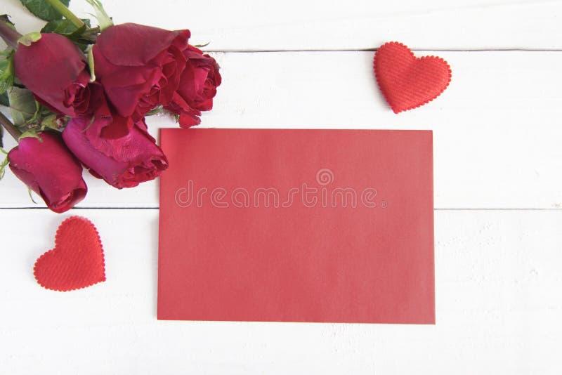 Подняли, красная форма сердца и красная бумага на белой таблице Концепция для стоковое фото rf