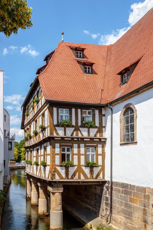 Половина Timbered дом на реке в Forchheim стоковое изображение