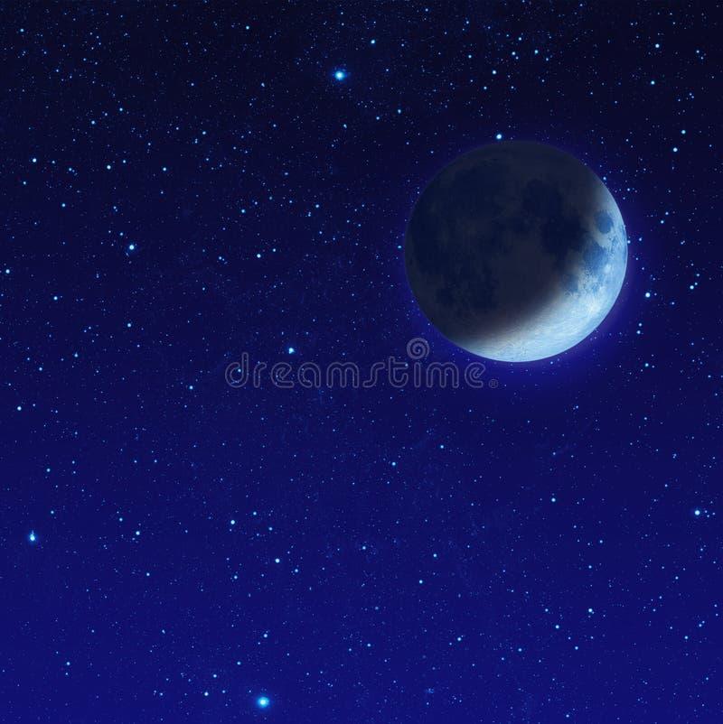 половинная голубая луна с звездой на ночном небе стоковое фото rf