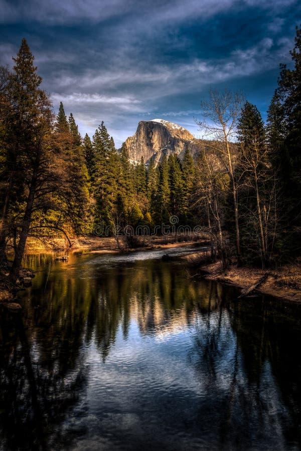 Половинные отражения купола, национальный парк Yosemite, Калифорния стоковое фото rf