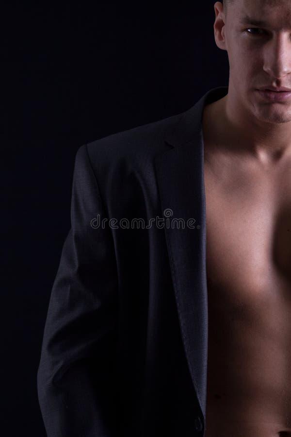 Половинный портрет молодого мышечного человека стоковое изображение rf