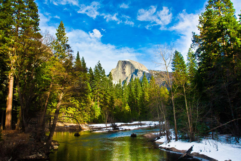 Половинный утес купола, наземный ориентир национального парка Yosemite, Калифорнии стоковые фотографии rf