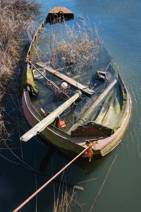 Половинный sunken упущенный стальной rowboat стоковая фотография