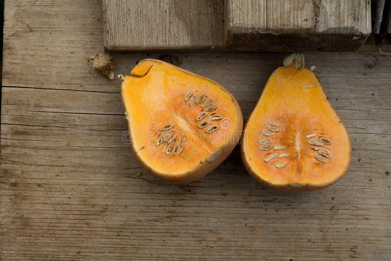 Половины сквоша на деревянной поверхности стоковое фото