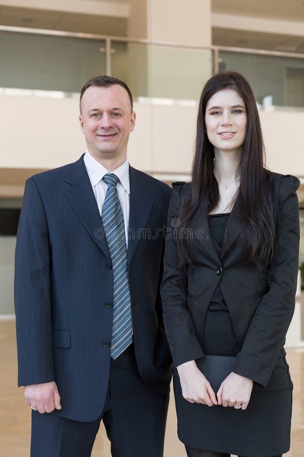 Положение бизнесмена и женщины стоковые изображения rf