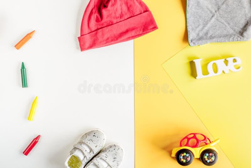 Положение детей плоское с космосом взгляд сверху предпосылки игрушек красочным для текста стоковое изображение