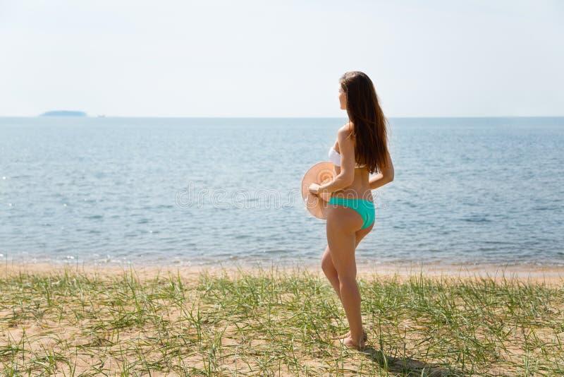 Положение и взгляды молодой женщины на острове стоковые фото