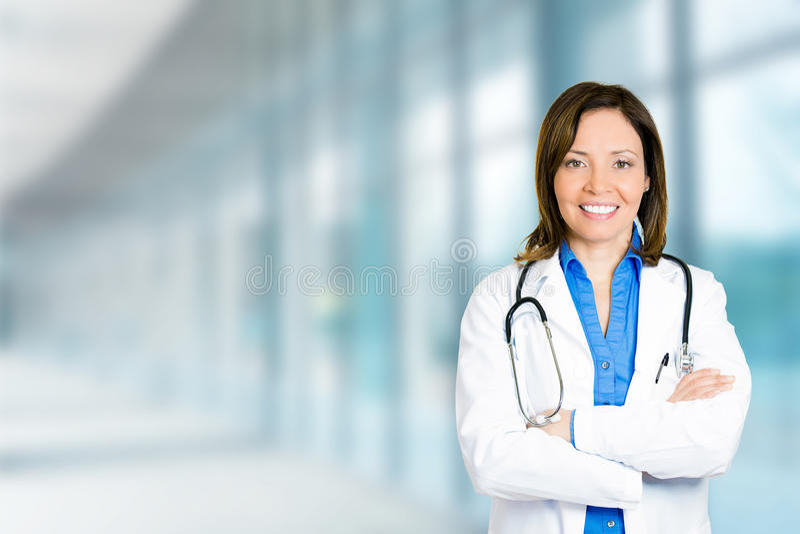 Положение уверенно женского доктора медицинское профессиональное в больнице стоковое фото rf