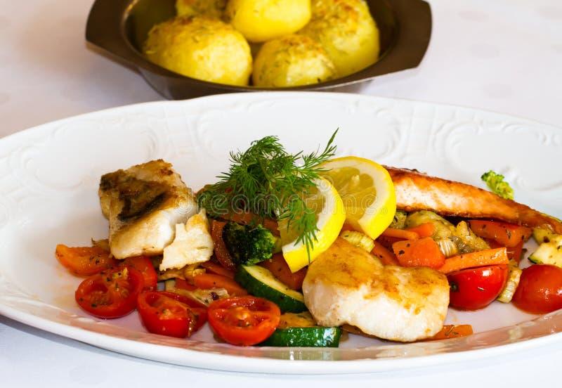 Положенная таблица в ресторане с рыбами и свежими vegatables стоковое изображение