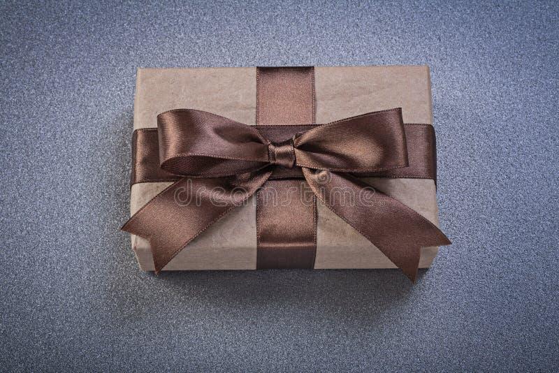 Положенное в коробку присутствующее в коричневой бумаге магазина на сером ce взгляд сверху предпосылки стоковое фото