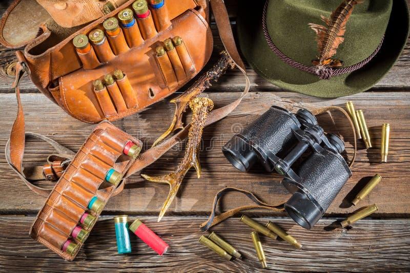 Download Положите в мешки с пулями, биноклями и шляпой в охотничьем домике Стоковое Фото - изображение насчитывающей тарелка, шлем: 40586810