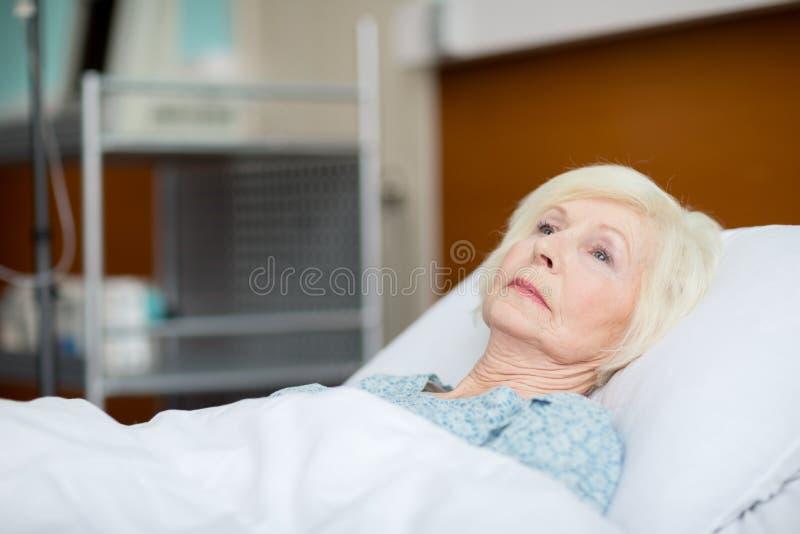 положите женщину в постель старшия стационара стоковые фотографии rf
